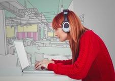 Femme millénaire au bureau avec l'ordinateur et les écouteurs contre le bureau tiré par la main Image stock