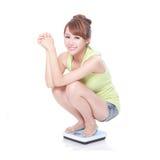 Femme mince avec des échelles Image stock