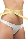 Femme mince mesurant sa taille Photos libres de droits