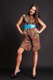 Femme mince souriant dans la robe colorée photo libre de droits