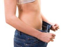 Femme mince tirant les jeans surdimensionnés Image stock