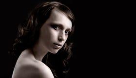 Femme mis en valeur sur le fond noir Image stock