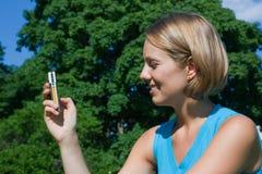 femme mobile de téléphone de numéro de beaux cadrans Images stock