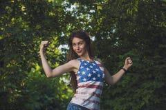 Femme modèle dans un T-shirt avec le drapeau américain Photographie stock libre de droits