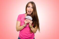 Femme modèle de beauté mangeant du chocolat foncé La belle jeune femme étonnée prend des bonbons à chocolat, souriant et ayant l' Photos stock