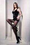 Femme modèle sexy renversante avec de longues pattes Images libres de droits