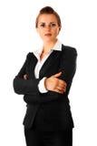 Femme moderne d'affaires avec les bras croisés sur le coffre Images stock
