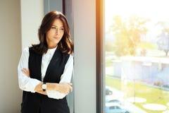 Femme moderne d'affaires dans le bureau Photos stock