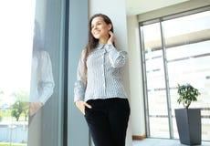 Femme moderne d'affaires dans le bureau Photo stock