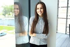 Femme moderne d'affaires dans le bureau Image stock