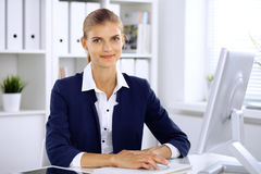 Femme moderne d'affaires dans le bureau Images libres de droits