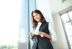 Femme moderne d'affaires dans le bureau avec l'espace de copie Images stock