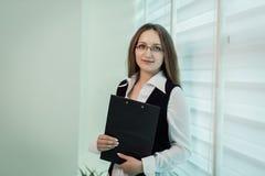 Femme moderne d'affaires dans le bureau avec l'espace de copie, wom d'affaires Photos stock