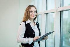 Femme moderne d'affaires dans le bureau avec l'espace de copie, wom d'affaires Photographie stock libre de droits
