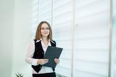 Femme moderne d'affaires dans le bureau avec l'espace de copie, wom d'affaires Image libre de droits