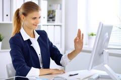 Femme moderne d'affaires dans le bureau montrant le signe correct dans le moniteur d'ordinateur photo stock