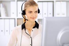 Femme moderne d'affaires dans le casque le bureau Image libre de droits
