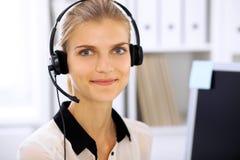 Femme moderne d'affaires dans le casque le bureau Image stock