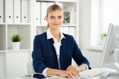 Femme moderne d'affaires ou comptable féminin sûr dans le bureau Fille d'étudiant pendant la préparation d'examen Audit, service  photographie stock