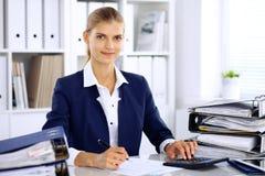 Femme moderne d'affaires ou comptable féminin sûr dans le bureau Images stock