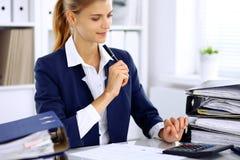 Femme moderne d'affaires ou comptable féminin sûr dans le bureau Photo stock