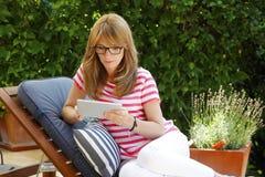 Femme moderne d'affaires travaillant à la maison Image stock