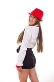 Femme moderne dans la jupe et la chemise utilisant le chapeau et le bracelet rouges photographie stock