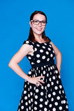 Femme moderne dans la pose de robe Photographie stock libre de droits