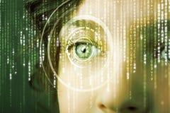 Femme moderne de cyber avec l'oeil de matrice photos stock