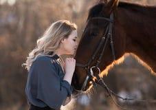 Femme moderne de jeune belle élégance posant avec le cheval Photographie stock libre de droits