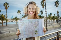 Femme moderne de sourire sur le remblai à Barcelone, Espagne avec la carte Images libres de droits