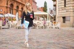 Femme moderne et heureuse marchant dans la ville photo stock