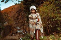 Femme moderne heureuse de voyageur appréciant dehors la promenade images libres de droits