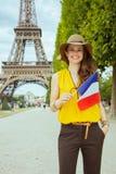 Femme moderne heureuse de voyageur avec le drapeau fran?ais image libre de droits