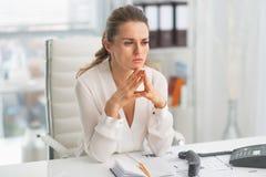 Femme moderne réfléchie d'affaires dans le bureau Photo libre de droits