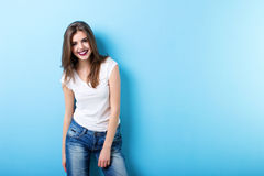 Femme moderne souriant sur le bleu photo libre de droits