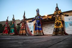 Femme mongole dans des danses de costume de chaman et de sorcière sur l'étape dans les montagnes Danses folkloriques de Tyva photographie stock libre de droits