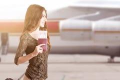 Femme montant à bord d'un avion image stock