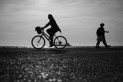 Femme montant les bicyclettes ensemble Images stock
