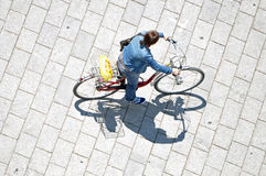 Femme montant sa bicyclette Images stock