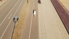 Femme montant un extérieur de scooter en été Tir a?rien banque de vidéos
