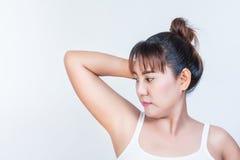 Femme montrant des underarms Photos stock