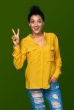 Femme montrant deux doigts Photo libre de droits