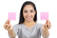 Femme montrant deux notes de papier photographie stock
