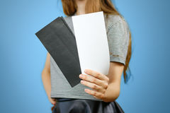 Femme montrant deux papiers blancs et noirs en blanc d'insecte Tract pré Images libres de droits