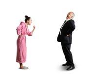 Femme montrant l'homme riant de poing Photographie stock
