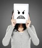 Femme montrant l'icône fâchée d'émotion photographie stock libre de droits