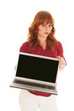 Femme montrant l'ordinateur portable d'écran Photos stock