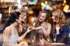 Femme montrant la bague de fiançailles à ses amis Photo libre de droits