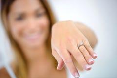 Femme montrant la bague de fiançailles Photographie stock
